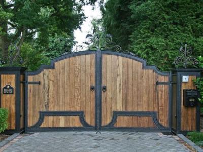 Кованые ворота с деревом ВКД12